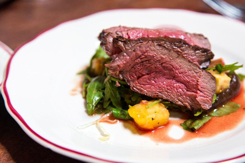 Gustare la carne di cavallo in un ristorante accogliente e familiare